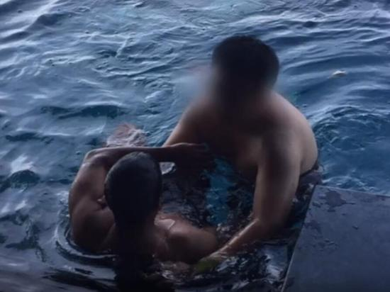 泰国警方带嫌犯张某凡到案发现场还原事发通过。