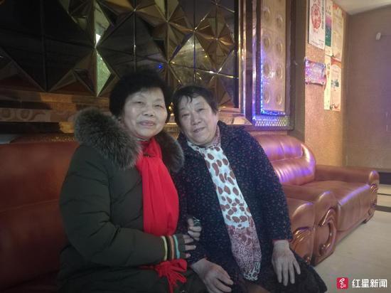 ↑唱歌中途,胡树兰(左)和吴延珍手挽手坐在大厅沙发上修整
