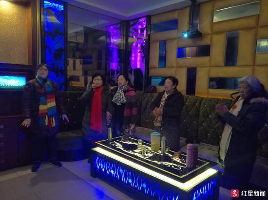 ↑唱歌时,老人们都站着参与互动