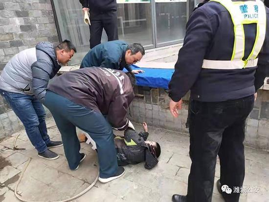 民警和医务人员对受伤男童进行救治。