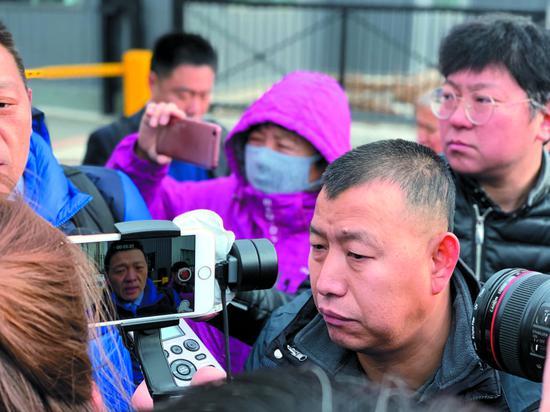 2018年11月30日,吉林的金哲宏被宣判无罪。金哲宏走出法院大门接受媒体采访。 新京报记者 王巍 摄
