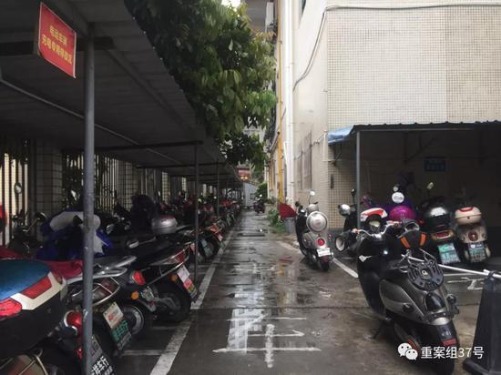 龙富广场小区居民的摩托车电动车摆放铁皮车库下,占用了消防通道。新京报记者赵朋乐摄