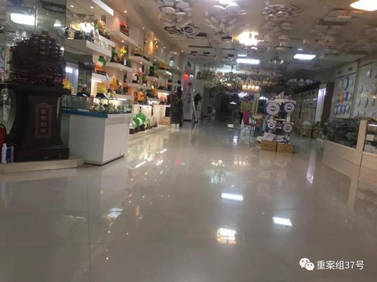 灯饰店铺里面向内延伸的空间达数十米,摆放着各类形式多样的灯饰。新京报记者赵朋乐摄