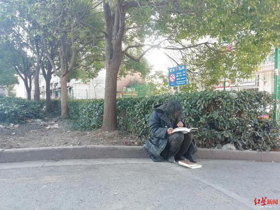 沈巍说,现在他每天有两件事,捡垃圾和读书。
