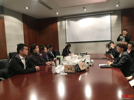 如新方面代表(左)与林丽家属委托代理律师(右)会谈现场