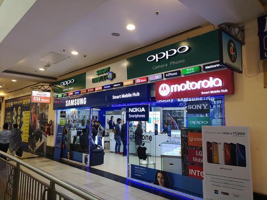 当地购物广场中的手机店