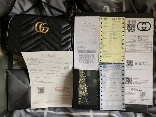 3月20日上午,记者通过快递在北京收到的假冒奢侈品手包和全套的假冒票据以及快递单据。 新京报记者 吴江 摄