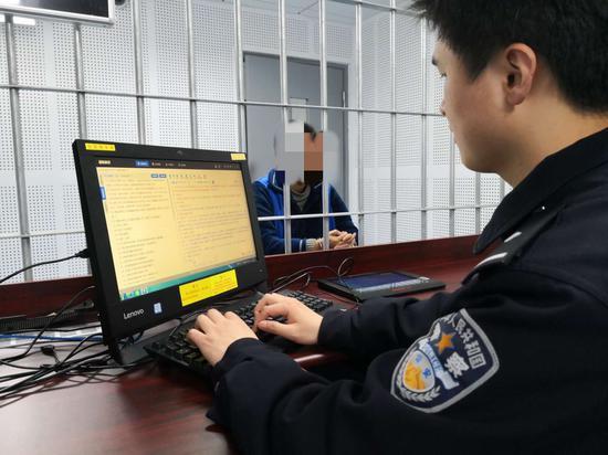 警方审问嫌疑人。上海警方供图