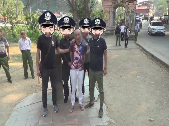长期居住在缅甸的犯罪嫌疑人刘某被警方押解回国。警方供图