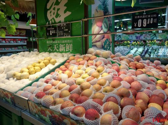 ↑成都一家连锁生活超市售卖的水果价格