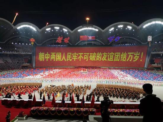 ▲演出现场出现了很多反映两国友谊的标语。新华社记者刘卫兵摄