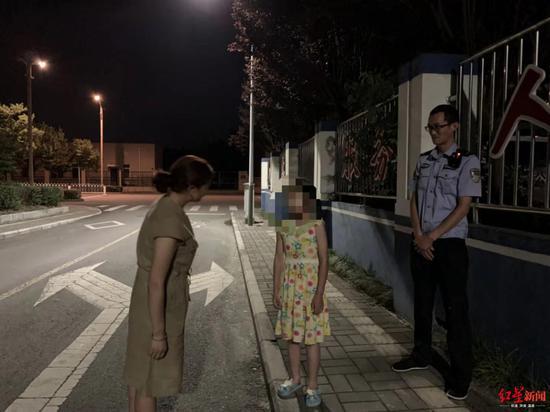 小女孩的母亲来派出接孩子