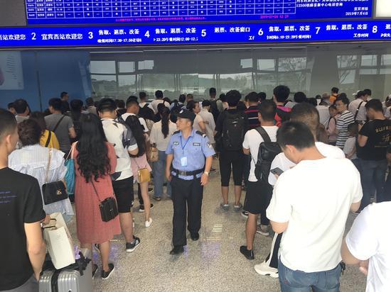 7月4日,四川省宜宾市珙县发生5.6级地震,宜宾车务段段管内宜宾西站震感强烈。图/视觉中国