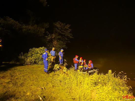 ⬆ 救援队伍连夜搜救
