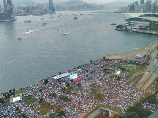 """▲7月20日,众多香港民众自发前往添马公园参加守护香港大联盟组织的""""守护香港""""大型集会。摄影:杨升"""