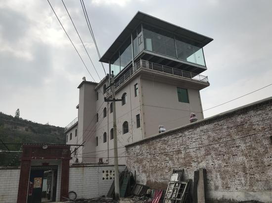 耿家大院里的四层别墅,耿建平发家后仍住在村里。新京报记者祖一飞摄