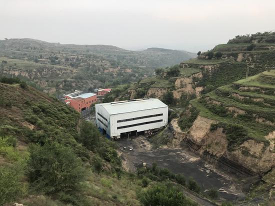 四心集团的洗煤厂建在山脚下,有村民举报称耿建平曾借洗煤厂之名私挖滥采。新京报记者祖一飞摄