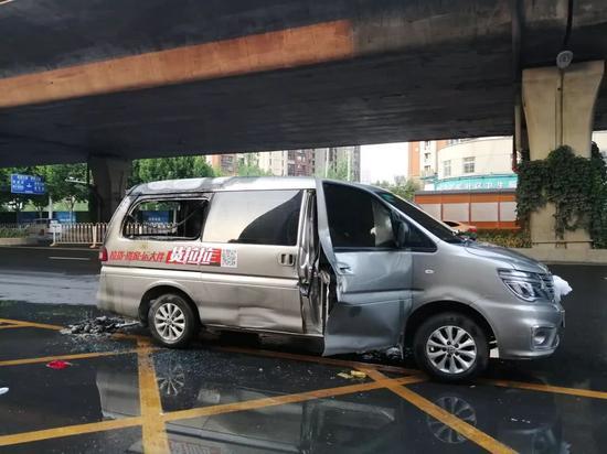 汽车心照不宣当事人竟先挽救财物,未拨打119报警。
