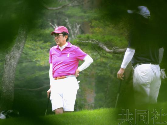 """安倍度假期间再打高尔夫,自称""""状态非常好""""。(图源:共同社)"""