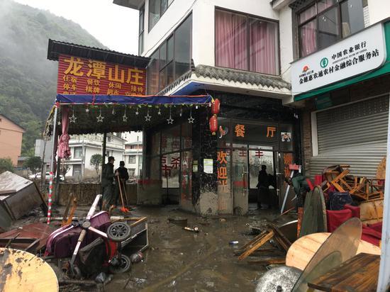 灾后龙潭村损毁严重,遍地碎石杂木和家具。 新京报记者 周世玲 摄
