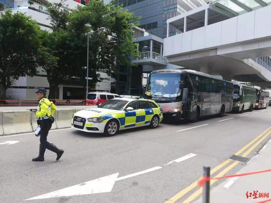 """""""慢驶游行""""的旅游巴士抵达香港特区政府总部门口"""