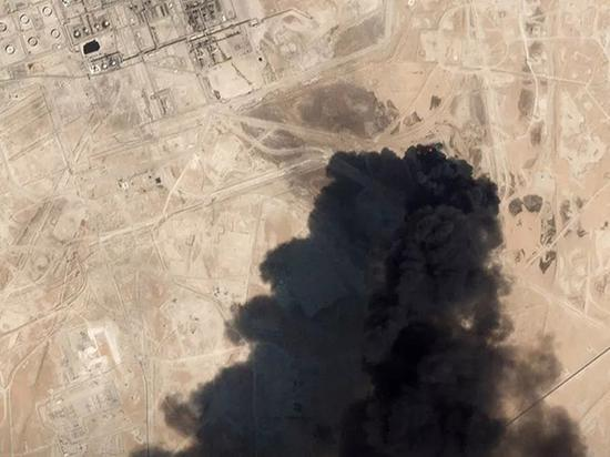 9月14日,一张卫星图显示沙特阿美重要的石油设施Abqaiq遭遇袭击,浓烟滚滚。来源:路透社