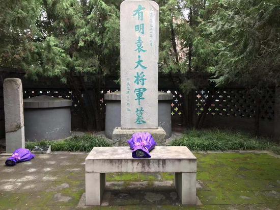 袁崇焕墓前摆放着一束花,左侧为佘小芝先祖的墓。 受访者供图