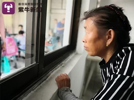 刘瑞侠老人现在意外也像以前相通趴在窗台上
