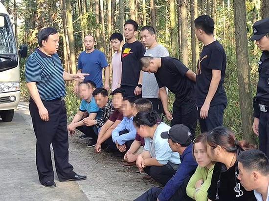 警方在山林中对涉赌人员进行抓捕
