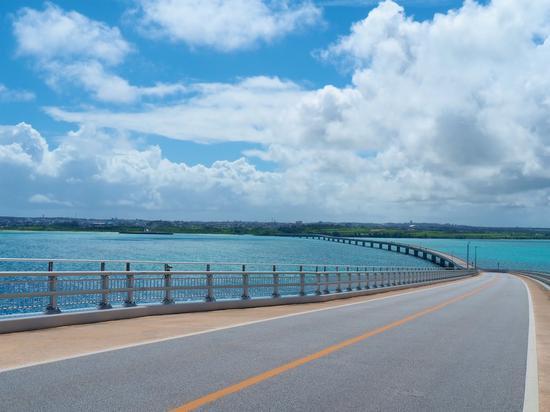连接宫古岛【和】伊良【部】岛【的】伊良【部】【大】桥(琉球货币报)