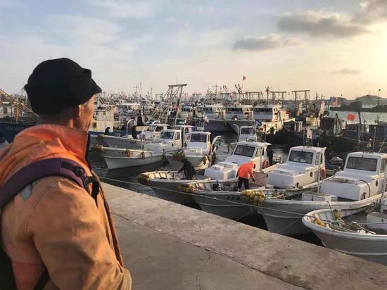 1月15日清晨,渔民李国来到岸边查看他的小船,天气好的时候就出去打打鱼。