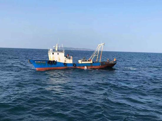 1月16日,正在海上捕捞扇贝的采捕船。