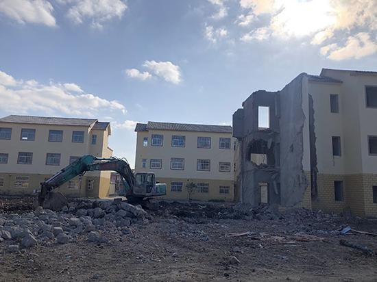 灌云县南岗乡这批新建成的集中安置房,百姓刚入住半年又要被拆掉。目前已拆除20多幢。 本文图片均为澎湃新闻记者 陈卓 图