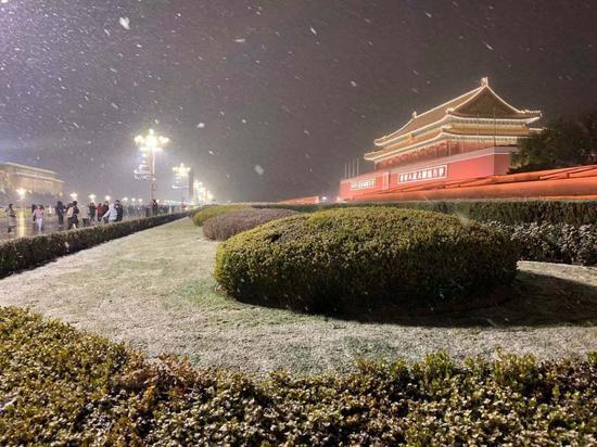 天安门飞雪如画。宋佳音 摄