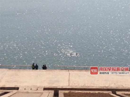 救援队打捞现场。