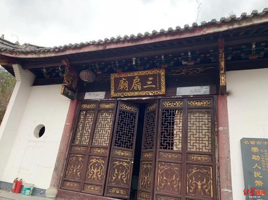 ↑庞青年捐资40万修建的三扇庙