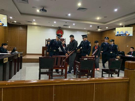 肖强(化名)、王丽(化名)被带上法庭。新京报记者 刘洋 摄