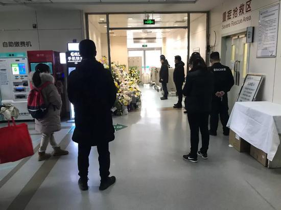 12月29日,民航总医院急诊科,人们送来鲜花悼念遇难大夫杨文。本刊记者/杜玮 摄