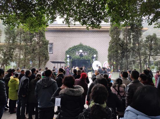 2019年12月31日,刘明父亲的灵堂,很多邻居前来吊唁。