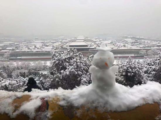 """北京雪后,从景山公园万春亭鸟瞰的""""紫禁城雪景""""。景山公园 供图"""