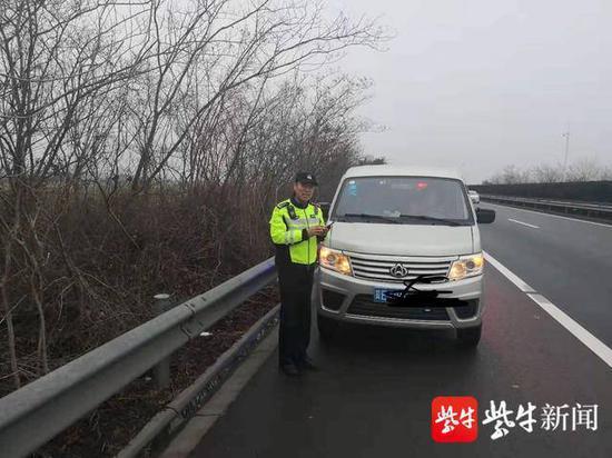 面包车停在路边,男子向警车招手求助。