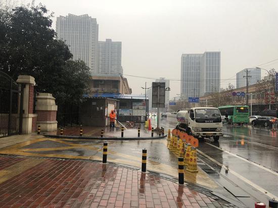 1月21日,武汉华南海鲜市场东区,做事人员正在进走消毒。新京报记者 吴娇颖 摄