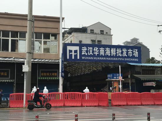 1月21日,武汉华南海鲜市场西区,防疫人员正在进走消毒。新京报记者 许雯 摄