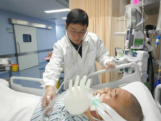 2019年,赵锋参与无锡高架垮塌事件伤员救治。 受访者供图