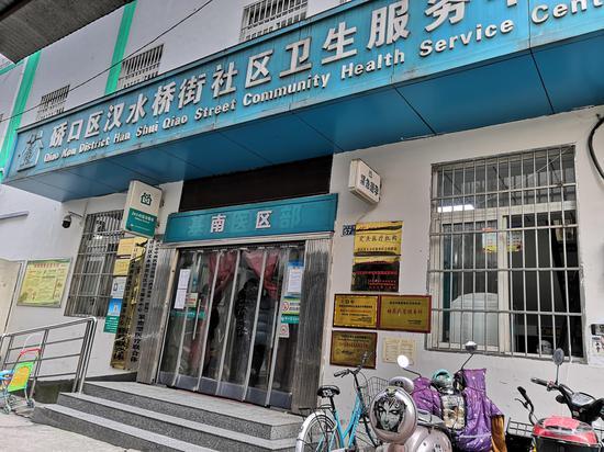 1月30日,马美莲所在的社区医院,因有关同事无法到岗,只能挑供体温测量和开药。