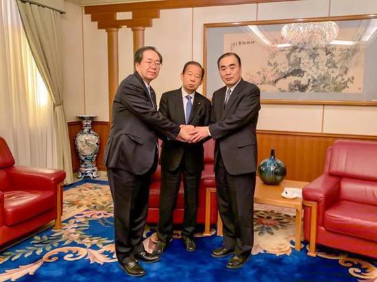 右起:孔铉佑、二阶俊博和齐藤铁夫 图源:中国驻日使馆官网