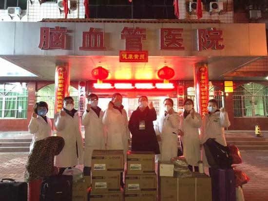黄冈市黄州区脑血管病医院的人员在开赴阻隔点之前的相符影