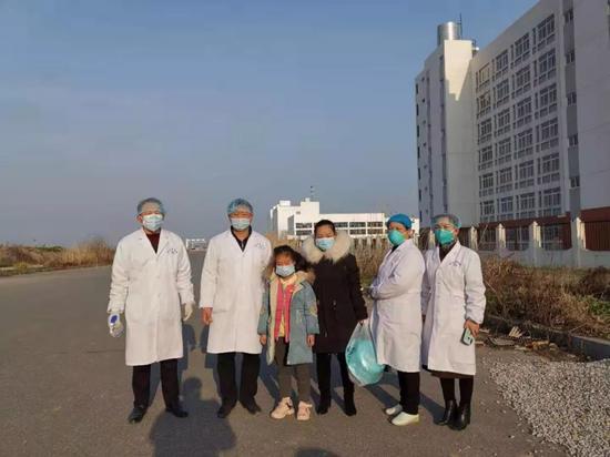 陈林和同事们送消弭阻隔的幼姑娘回家