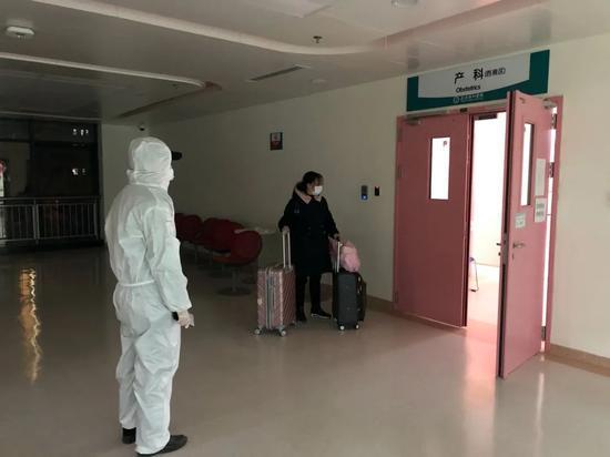 老杨和朱伟将孕妇幼项一家坦然送达医院