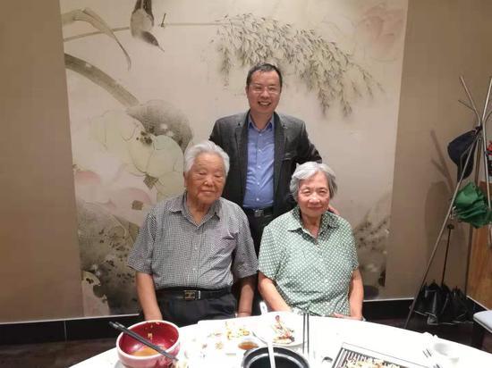 仲跻昆教授(左)、北大阿语系主任林丰民教授(中)
